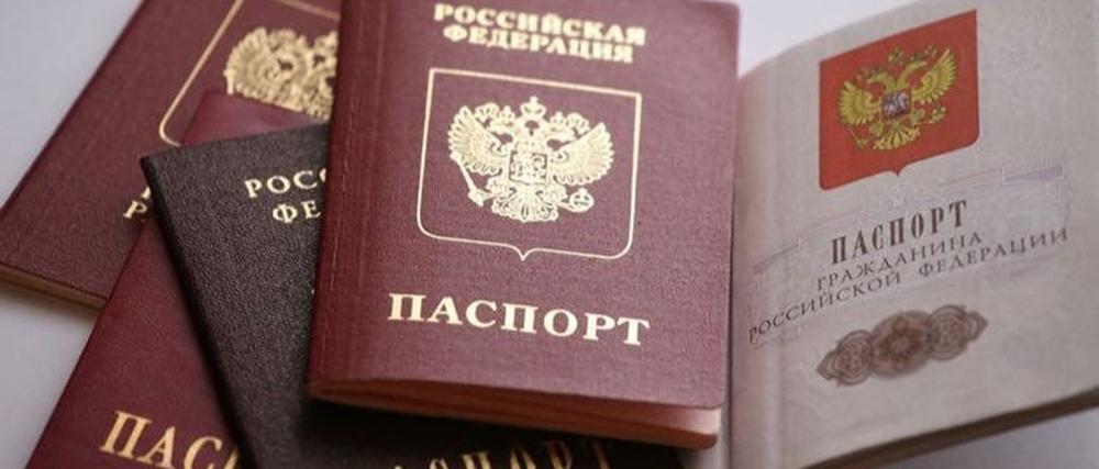 Молодым тихвинцам торжественно вручили паспорта